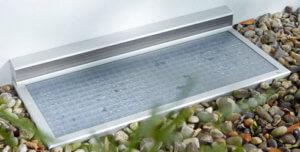 Regensichere Lichtschachtabdeckung mit genoppter rutschsicherer Polycarbonatplatte