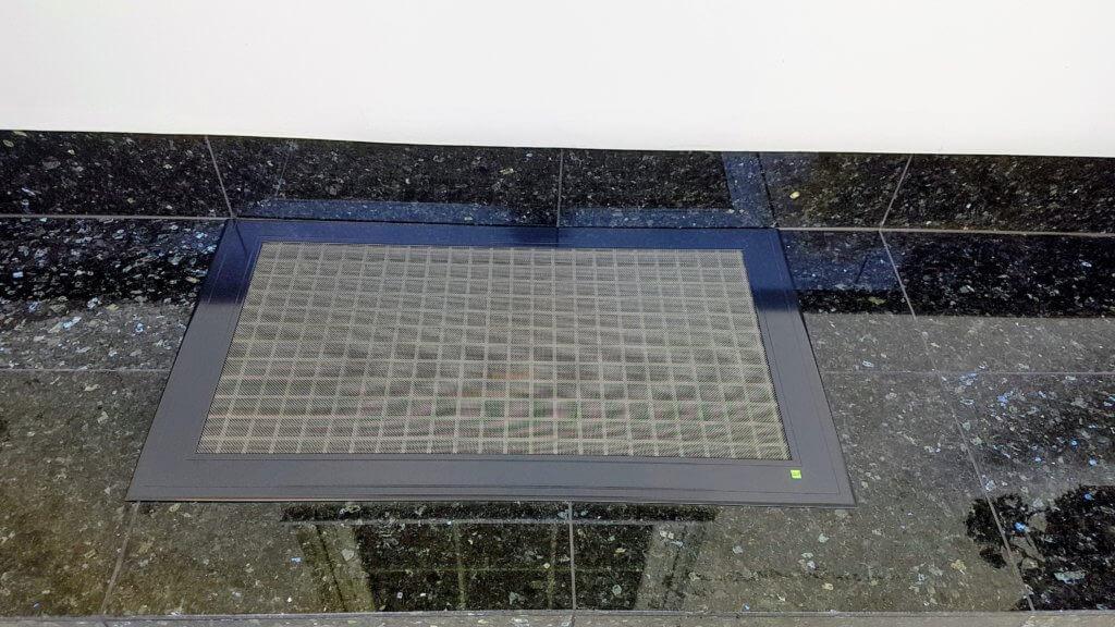 Lichtschachtabdeckung RAL 7021 schwarzgrau neben brasilianischem Granit